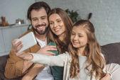 Fényképek boldog családi véve selfie smartphone