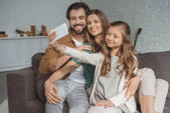 Fotografie šťastní rodiče a dcera pořizování selfie s smartphone