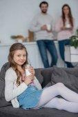 lányom imádni gazdaság pohár tejet otthon