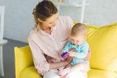 Fotografie Junge Mutter Tochter mit Kunststoffblock in Händen halten