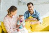 Fotografie Lächelnd, Eltern und der kleinen Tochter spielt mit Kunststoffblock