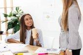 Fényképek az afrikai-amerikai üzletasszony kávé megy látszó-on Hivatal munkahelyi kolléga, részleges megtekintése