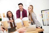 részleges kilátás nyílik üzletember hozta a kávét, hogy felmegy a többnemzetiségű kollégák a hüvelykujját az office