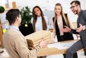 Fényképek szelektív összpontosít üzletember hozta pizza többnemzetiségű kollégák hivatalban