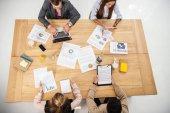 felülnézete a multikulturális üzletemberek, dolgozó asztal