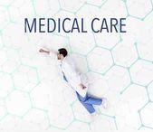 kreatív kollázs orvos repül, mint a szuper hős egészségügyi felirat