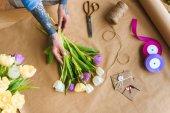 vágott lövés a lány tetovált keze tulipán virág a kézműves papír megszervezése
