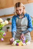 Fotografie krásná mladá květinářství květiny Tulipán na pracovišti