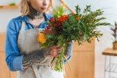 vágott lövés a fiatal virágkötő, a gazdaság csokor virág tetoválás