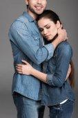 fiatal pár, átfogó, elszigetelt szürke farmer ruha