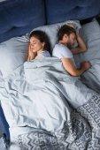 Fényképek Alszik a férfi és a nő az ágyban fekve