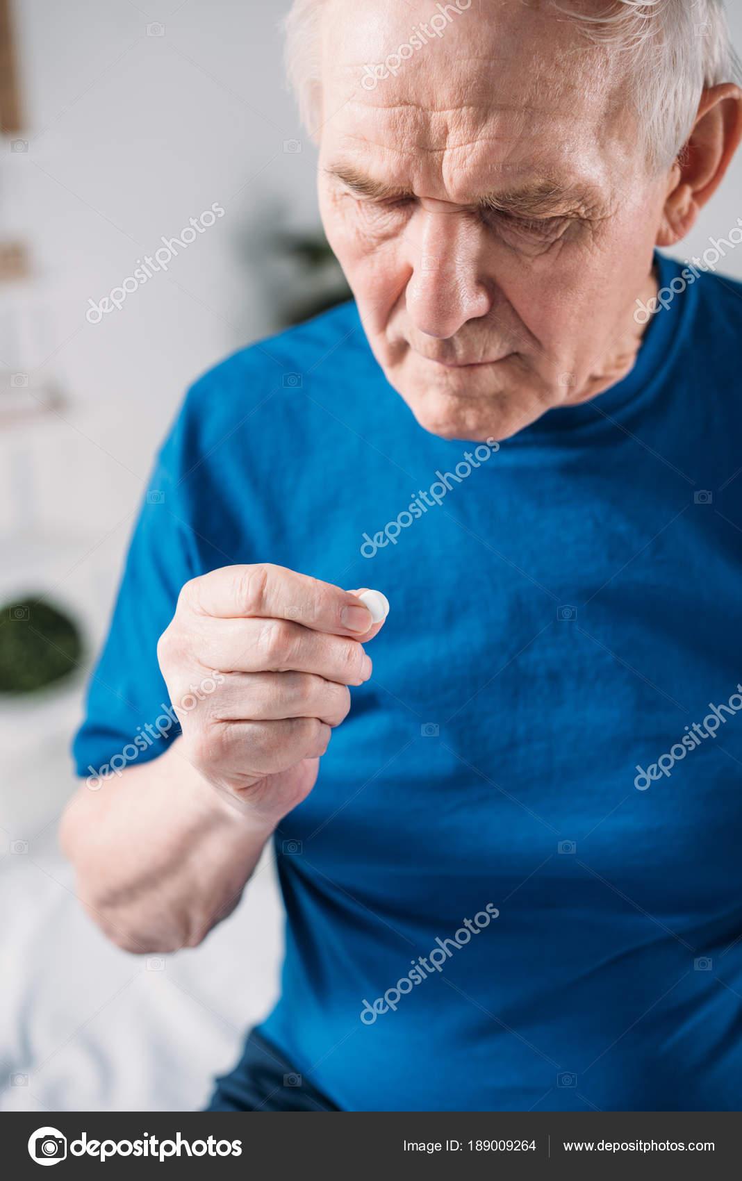 Foco Seletivo Homem Sênior Com Medicamento Mão — Fotografia de Stock 0b7df418616