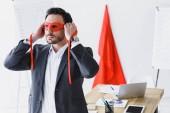 Fotografie Super podnikatel vázání červená maska v úřadu