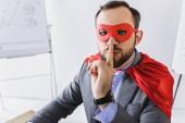 a maszk és a cape mutatja a csend jele az office szuper üzletember