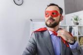 boldog szuper üzletember maszk és keres el az office-fok
