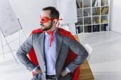 magas szög kilátás szuper üzletember, a maszk és a cape keres el az office