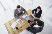 vysoký úhel pohledu podnikatelé pracující s digitálními zařízeními v úřadu