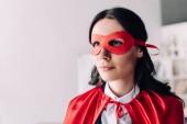 Fotografia Ritratto di donna di affari super attraente nel mantello e maschera che osserva via in ufficio