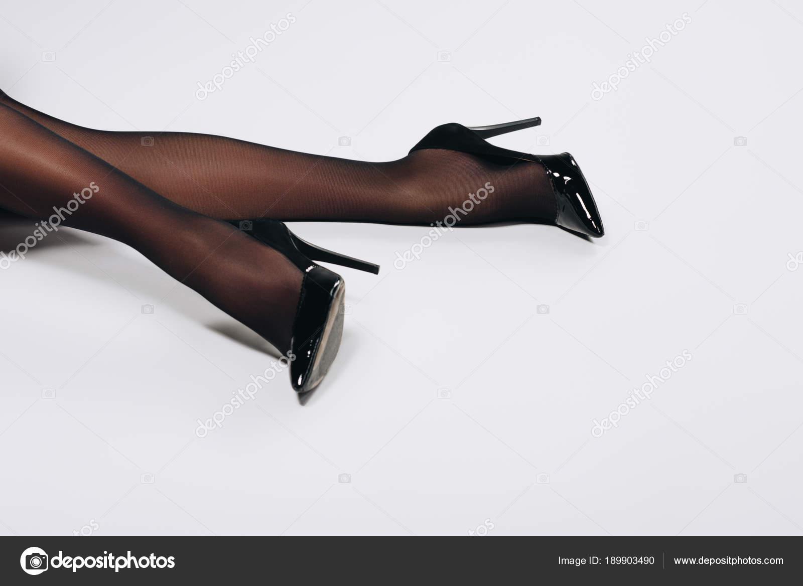 Weibliche Beine Schwarzen Strumpfhosen Und Schuhe Auf Weißem