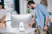 ember gazdaság plug emeléskor, a munkatársakkal, új Office asztali számítógépről