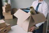 oříznuté záběr podnikatel držel krabici s kancelářské potřeby