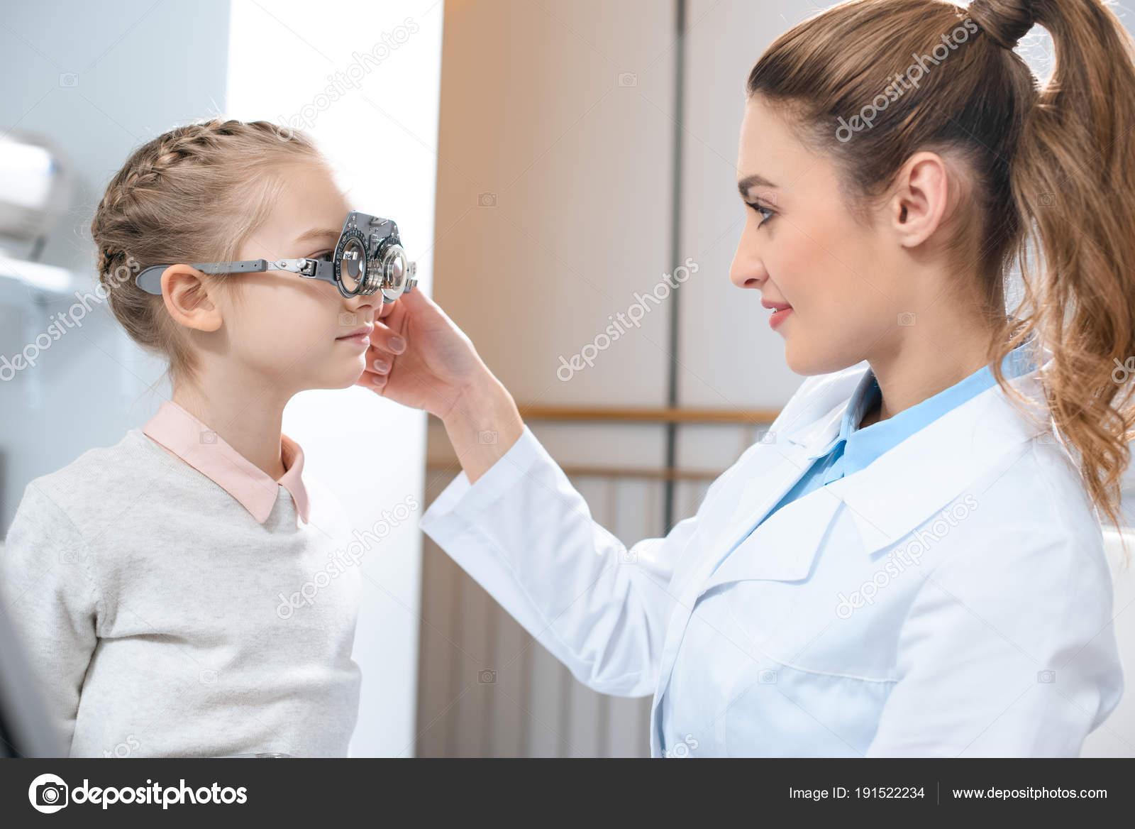 Examen Ojos Niño Con Marco Prueba Clínica Optometría — Foto de stock ...