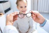 Fotografie Oříznout obrázek oftalmolog navrhuje nové brýle před dospíváním dítěte v klinice