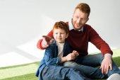Happy zrzka otec a syn spolu seděli a koukal na grey