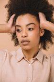 Fényképek szép afro-amerikai nő, elszigetelt bézs közeli portréja