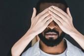 Fotografie zugeschnittenes Bild Freundin schließen afrikanischen amerikanischen Freund Augen isoliert auf schwarz