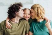 Fotografie glückliche Eltern küssen süßen Lächeln auf den Lippen Tochter