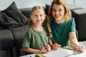 Fényképek boldog anya és lánya, színes ceruza rajz, és mosolyogva kamera