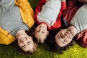 Fényképek felülnézet, boldog család, egy gyermek feküdt össze és mosolyogva kamera