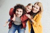 Fotografie glückliche Familie mit einem Kind Spaß zusammen und lächelt in die Kamera