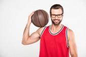 Fotografie Veselá basketbalista v držení míče, izolované na bílém červená sportovní oblečení