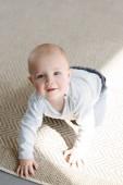 roztomilý usměvavý chlapeček procházení na podlaze
