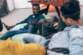Fényképek levágott kép a többnemzetiségű baráti ül, és beszél egymással