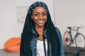 Fotografie portrét mladé usměvavé afroamerické ženy