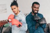 Fotografia Ritratto di due giovani uomini multiculturali nei guanti di inscatolamento