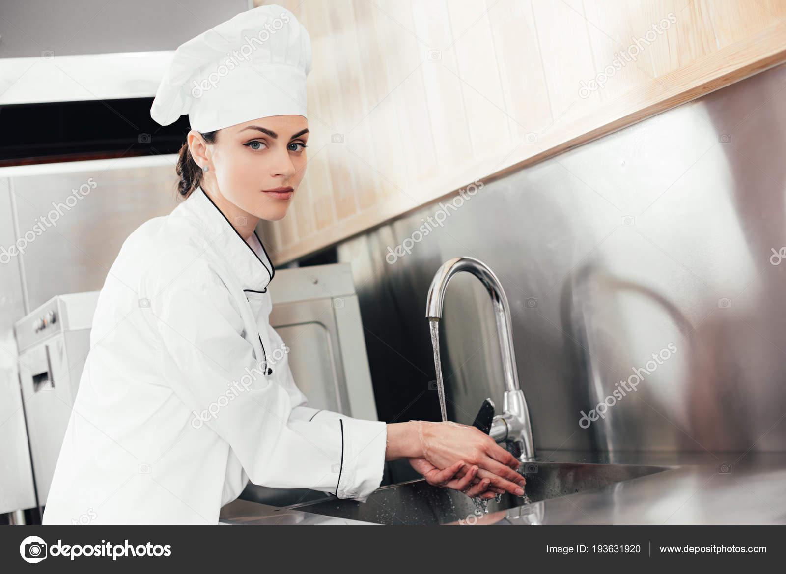 Chef Mujer Lavándose Las Manos Fregadero Cocina