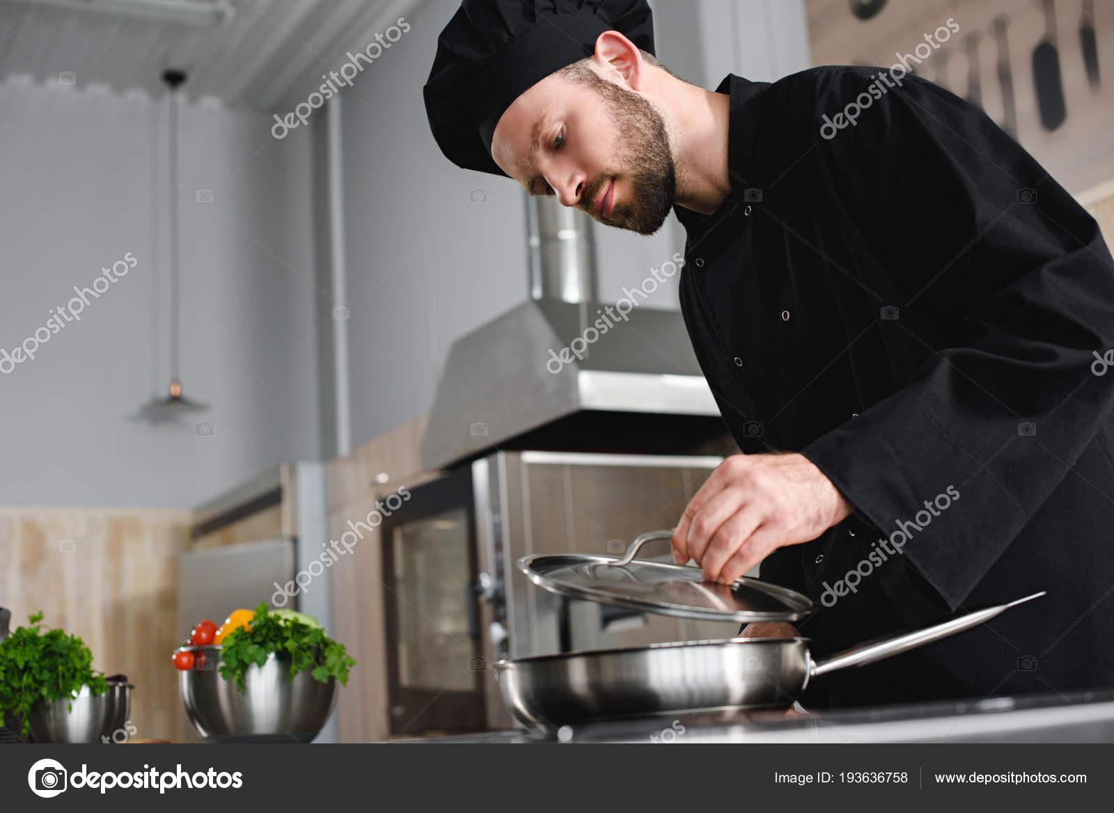 Vista Laterale Del Cuoco Unico Bello Cucinare Con Padella Alla ...