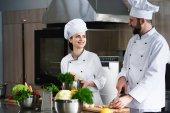 Fotografie Profesionální kuchaři diskuse o recept a vaření v kuchyni