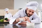 Fotografie Mužské šéfkuchaře, obloha jídlo v kuchyni restaurace u ženské cook