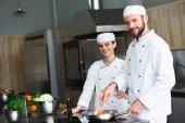 Köche braten in Restaurantküche Gemüse auf Pfanne