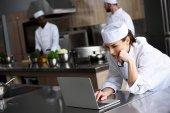atraktivní kuchař pomocí přenosného počítače v restauraci kitchen