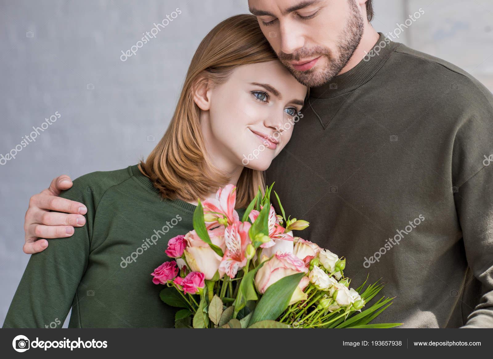 Joven Sonriente Con Flores Hombro Del Novio Foto De Stock