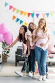Fényképek boldog multikulturális meg és a terhes nő pózol a nyúl játék baba zuhany fél