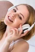 Fényképek vidám vonzó lány zenehallgatás fejhallgató