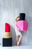 atraktivní dívka pózuje s velkými lak na nehty a červenou rtěnku