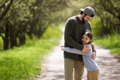 otec dcera srostlými na cestě v parku